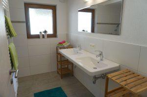 Bad mit Doppelwaschbecken und Duschecke