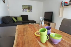 Gemütliche Essecke und großer Couch