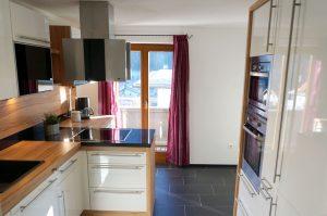 Küche mit Backofen, Mikrowelle und großer Kühlschrank mit Eisfach